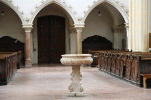 Neuötting Becken in Kirche
